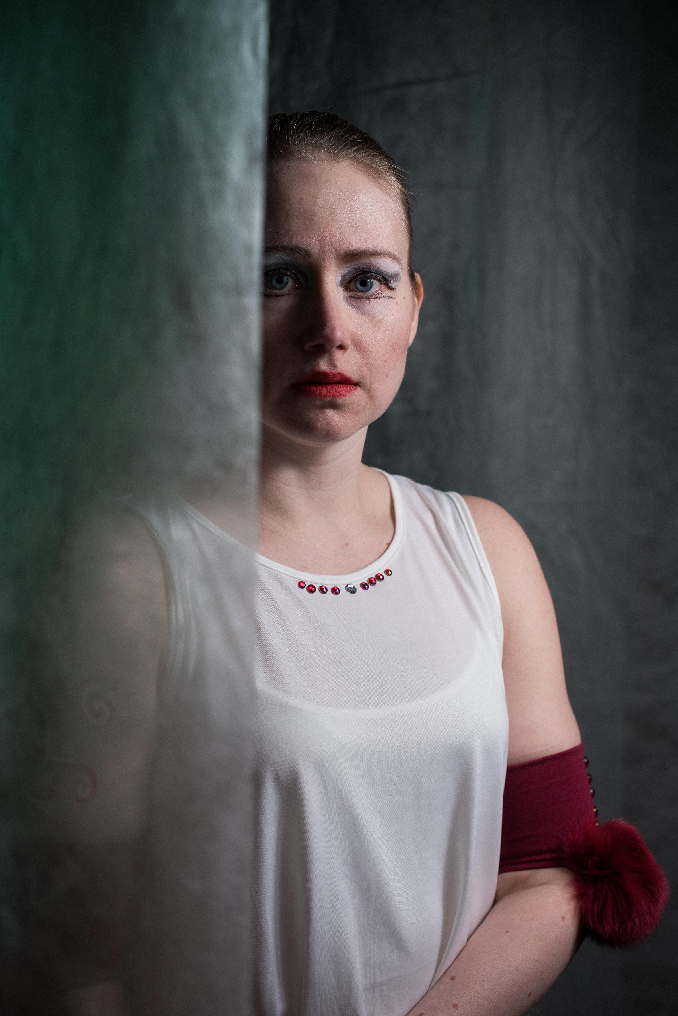 Teatteri Ulpun tanssimusikaali Varjoilta Paenneet. Äiti: Johanna Jyrkinen.
